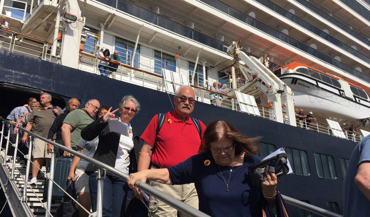 Hành khách rời du thuyền Westerdam tại cảng Sihanoukville của Campuchia hôm 14/2. Ảnh: Khmer Times.
