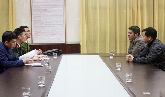 Công an TP Cẩm Phả làm việc với Chang và Trường (bên phải). Ảnh: Thùy Dung
