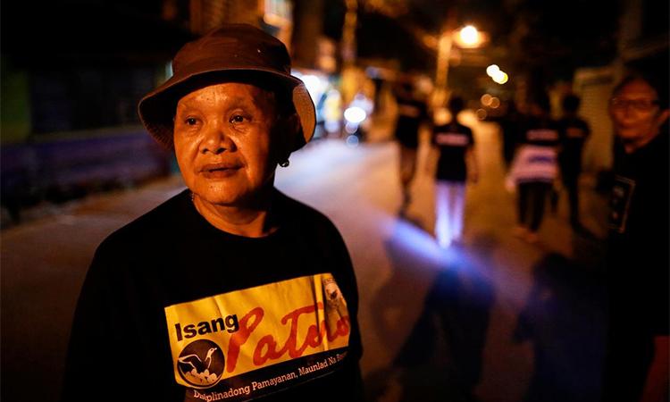 Bà Maria Oqueria, 64 tuổi, thành viên đội tuần tra tự nguyện ở Pateros, Manila, Philippines ngày 27/1. Ảnh: Reuters.