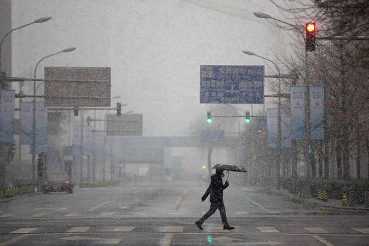 Đường phố vắng vẻ ở Bắc Kinh, Trung Quốc ngày 14/2. Ảnh: AP.