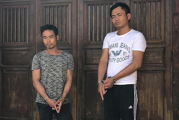 Chí (bên trái) và Tửu khi thực nghiệm lại hiện trường. Ảnh: Thanh Đoàn