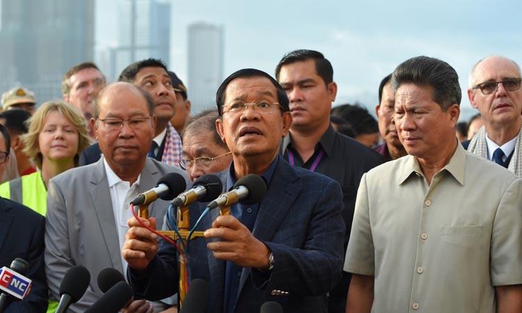 Thủ tướng Campuchia Hun Sen phát biểu trước các hành khách trên tàu MS Westerdam tại cảng Sihanoukville hôm 14/2. Ảnh: AFP.