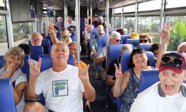 Hành khách rời du thuyền MS Westerdam được miễn phí tour tham quan thủ đô Phnom Penh bằng xe buýt chiều qua. Ảnh: AFP
