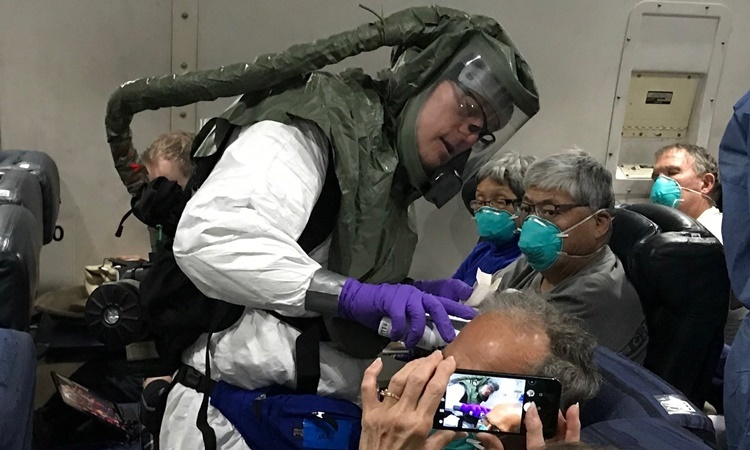 Hành khách trên máy bay được kiểm tra nhiệt độ. Ảnh: NYTimes.