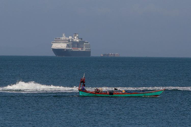 Du thuyền Westerdam ngoài khơi Campuchia vào ngày 13/2. Ảnh: AP.