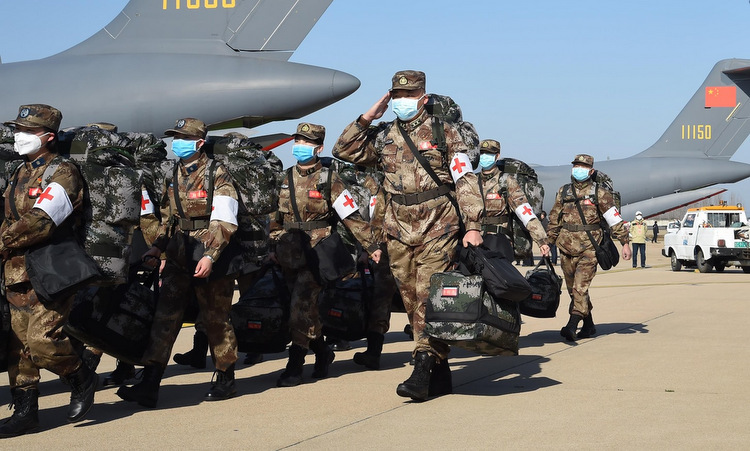 Các bác sĩ tập kết ở sân bay tại Vũ Hán hôm 17/2. Ảnh: Xinhua.
