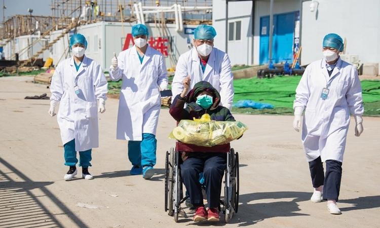 Một cụ bà xuất viện ở Vũ Hán sau khi được chữa khỏi nCoV ngày 18/2. Ảnh: AFP.