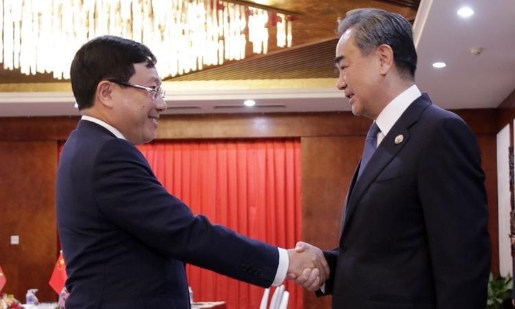 Phó thủ tướng, Bộ trưởng Ngoại giao Phạm Bình Minh (trái) và Ủy viên Quốc vụ, Ngoại trưởng Trung Quốc Vương Nghị tại Lào ngày 19/2. Ảnh: BNG.