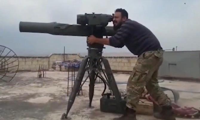 Phiến quân Syria dùng tên lửa chống tăng do Mỹ sản xuất hồi năm 2019. Ảnh: Al Masdar News.