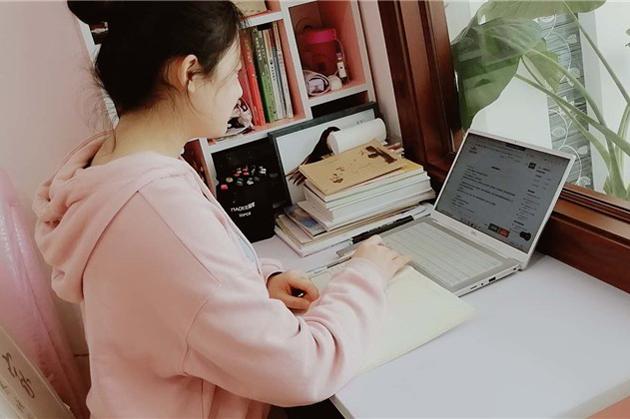 Zhou Miaolan dạy kèm cho con của bác sĩ Vương thông qua Internet. Ảnh: China Daily.