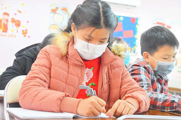 Ngày 31/1, học sinh Hà Nội phải đeo khẩu trang trong lớp để phòng dịch. Ảnh: Xuân Quang
