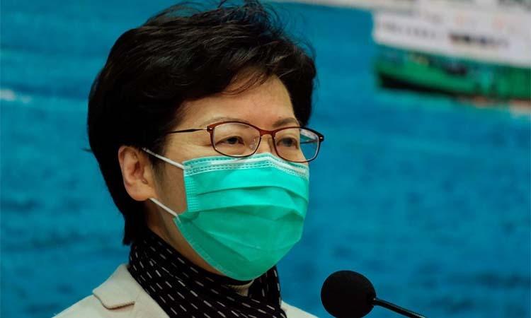 Carrie Lam đeo khẩu trang tại họp báo về tình hình dịch Covid-19 ở Hong Kong hôm 28/1. Ảnh: Reuters.