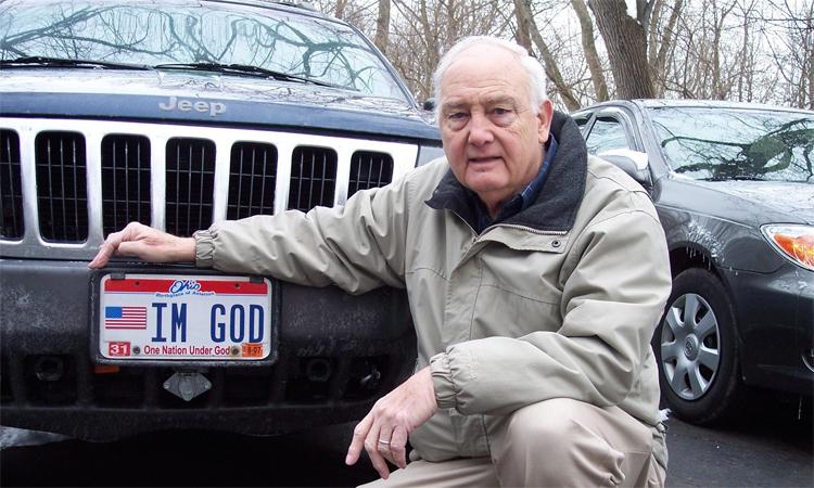 Ben Hart và biển số IM GOD. Ảnh: FFRF