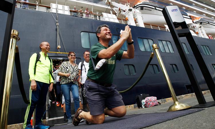 Đường về trắc trở của hành khách du thuyền cập cảng Campuchia - ảnh 1