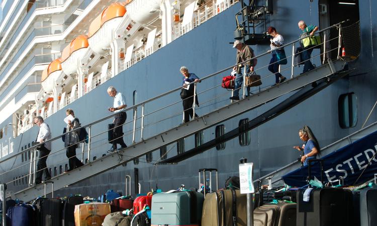 Đường về trắc trở của hành khách du thuyền cập cảng Campuchia - ảnh 2