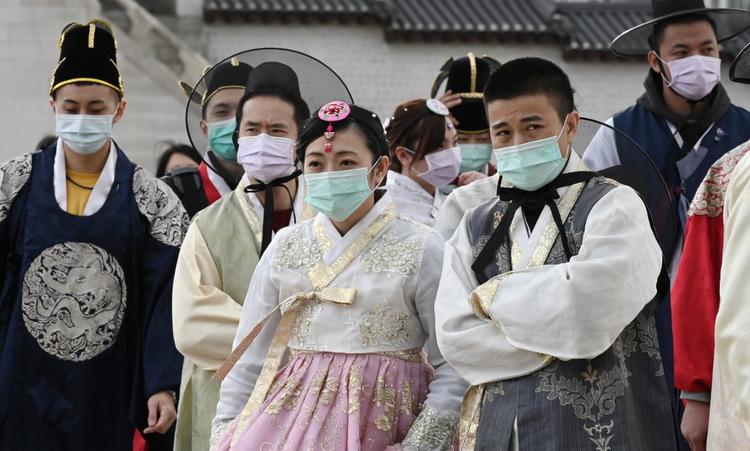 Du khách đeo khẩu trang khi thăm cung Gyeongbokgung ở thủ đô Seoul hồi cuối tháng 1. Ảnh: AFP.