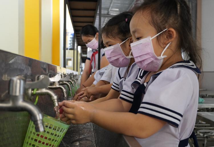 Học sinh tiểu học Bến Tre được hướng dẫn tăng cường rửa tay để phòng dịch. Ảnh: Hoàng Nam