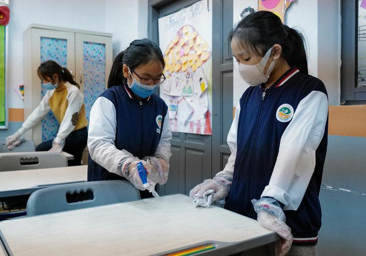 Học sinh trường Ngôi sao, Hà Nội, vệ sinh lớp học ngày 31/1. Ảnh: Ngọc Thành.