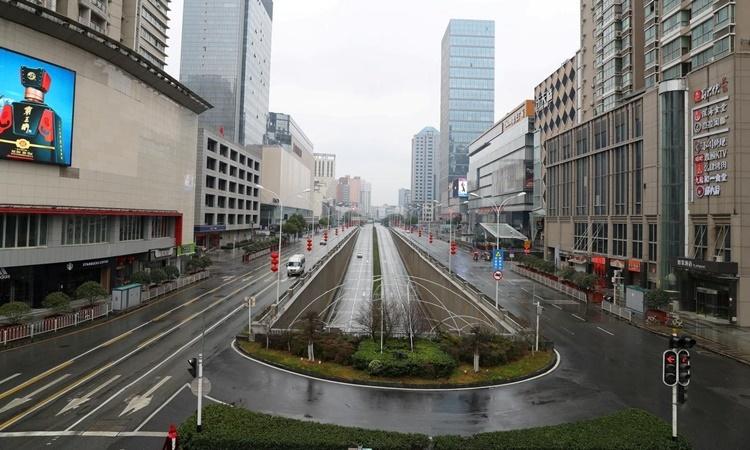 Một con đường ở Vũ Hán vắng vẻ giữa lệnh phong tỏa và hạn chế đi lại. Ảnh: Reuters.