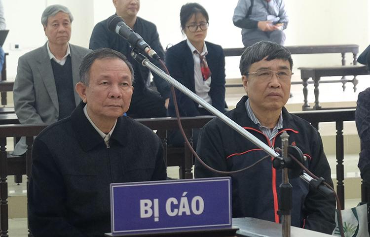 Hai ông Nguyễn Huy Ban và Lê Bạch Hồng ngồi nghe tuyên án chiều 21/2. Ảnh: Nguyễn Anh.
