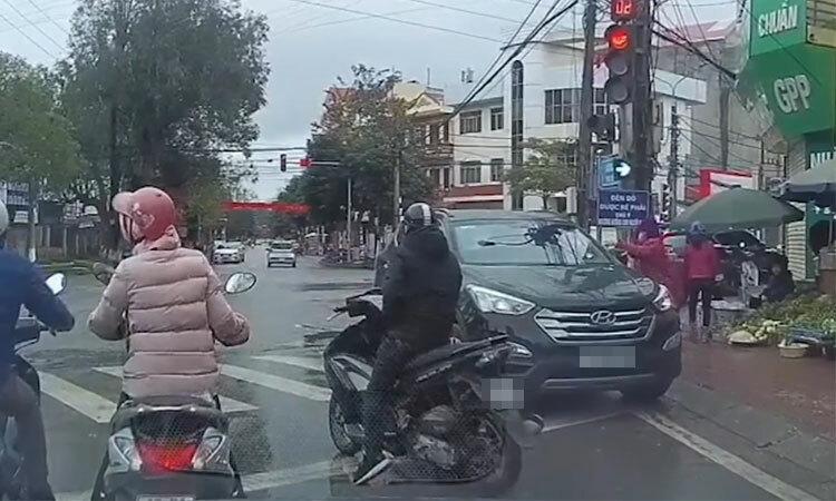 Tài xế dừng ôtô ở ngã tư mua rau -