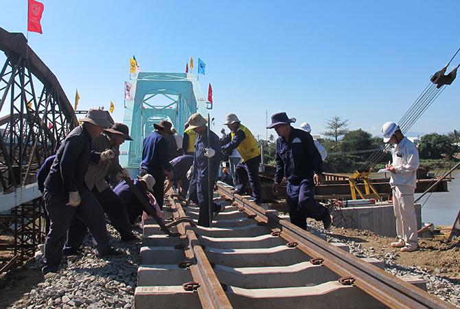 Công nhân lắp đặt cầu đường sắt qua Ninh Thuận. Ảnh: Anh Duy.