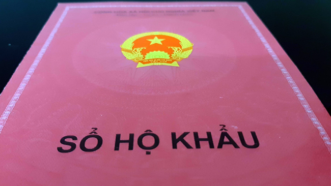 Sổ hộ khẩu giấy hiện nay, ghi thông tin thường trú của công dân. Ảnh: Phương Sơn