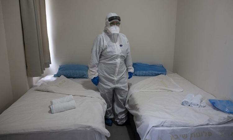 Bác sĩ tại phòng cách ly những người Israel trở về từ Trung Quốc gầnTel Aviv ngày 19/2. Ảnh: AFP.
