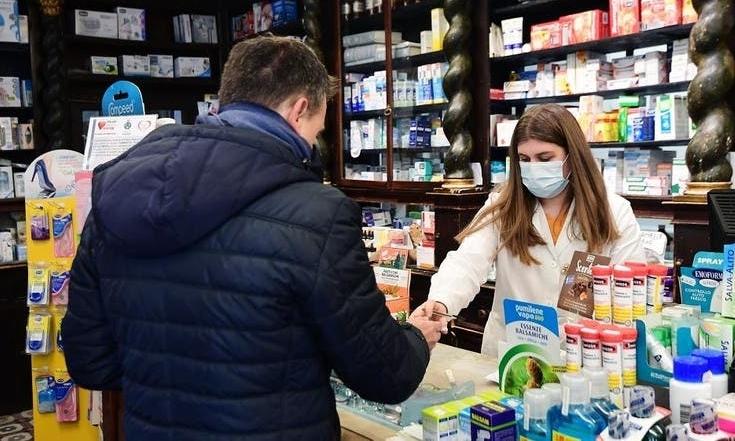 Một người mua hàng tại hiệu thuốc ở Codogno ngày 22/2. Ảnh: AFP.