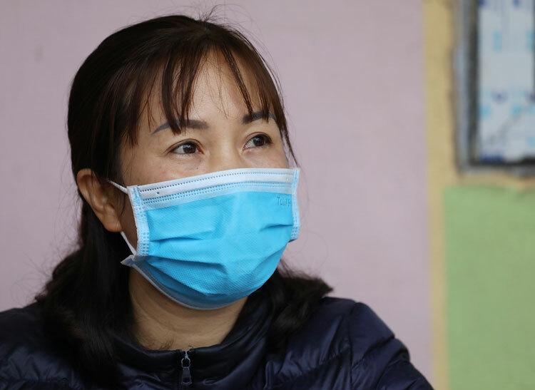 Lần đầu gả con gái đi xa, bà Hà phải lên uỷ ban xã xin xác nhận địa phương không có vấn đề gì. Ảnh: Ngọc Thành.