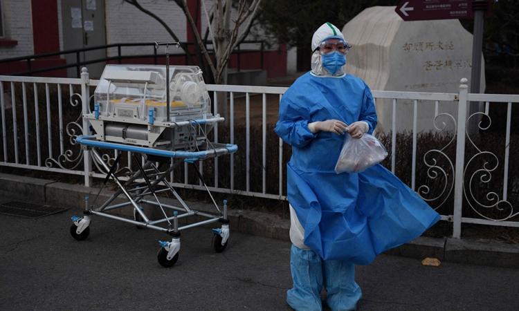 Nhân viên y tế mặc độ bảo hộ tại bệnh viện ở Bắc Kinh hôm qua. Ảnh: AFP.