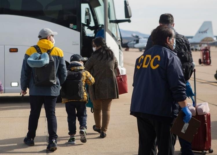 Những người Mỹ được sơ tán khỏi tâm dịch Covid-19 ở Trung Quốc đến căn cứ Miramar, San Diego ngày 5/2. Ảnh: AFP.