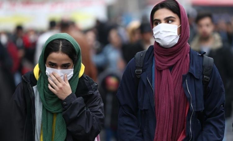 Người dân đeo khẩu trang trên đường phố thủ đô Tehran, Iran hôm 20/2. Ảnh: Reuters.