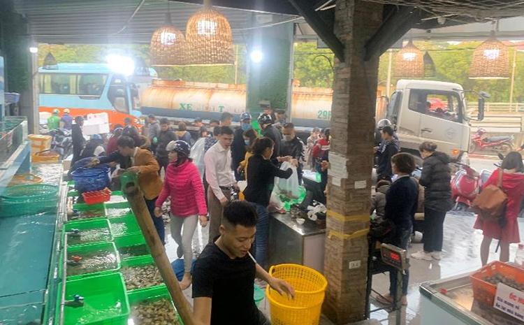 Khách hàng chọn cách mua hải sản mang về do lo ngại dịch bệnh