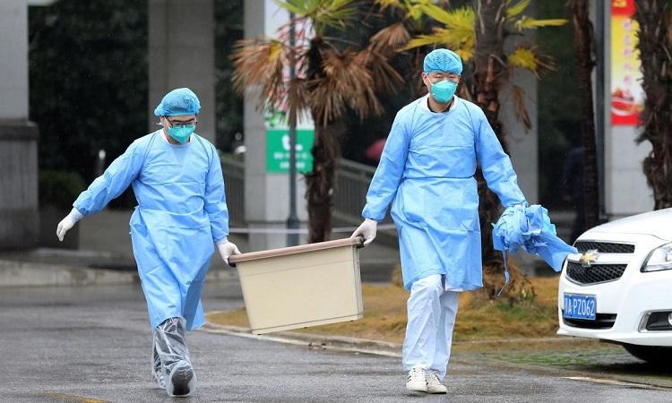 Nhân viên y tế Trung Quốc gần bệnh viện Kim Ngân Đàn ở Vũ Hán hôm 10/1. Ảnh: Reuters.