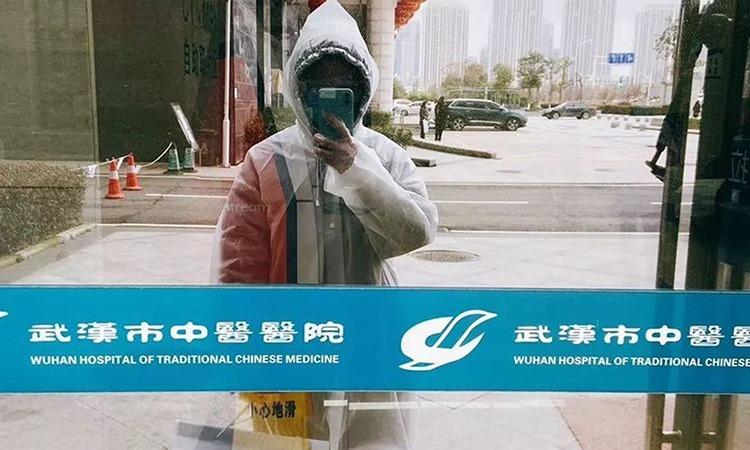 2. Dương Mạn Linh ở Bệnh viện Y học cổ truyền Vũ Hán, thành phố Vũ Hán, tỉnh Hồ Bắc. Ảnh: CGTN.