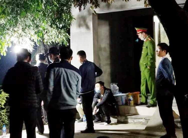 Cảnh sát khám nghiệm hiện trường lúc 23h ngày 22/2. Ảnh: Giang Chinh