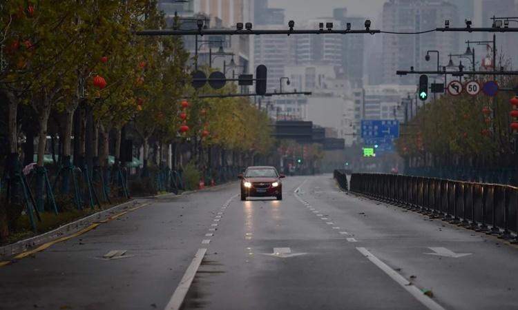 Đường phố Vũ Hán vắng vẻ sau khi áp lệnh phong tỏa. Ảnh: AFP.