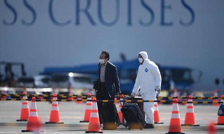 Hành khách rời du thuyền Diamond Princess hôm 19/2. Ảnh: AFP.