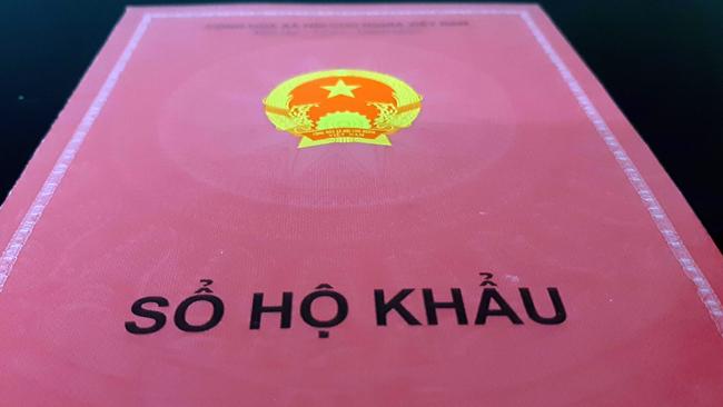 Sổ hộ khẩu giấy ghi thông tin đăng ký thường trú của công dân hiện nay. Ảnh: Phương Sơn