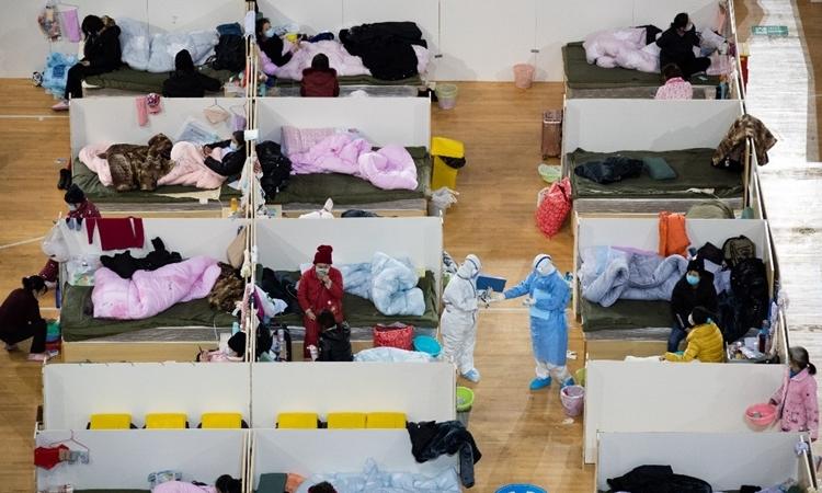 Bệnh nhân tại bệnh viện Phương Thương được chuyển đổi từ một sân vận động ở Vũ Hán ngày 18/2. Ảnh: AFP.