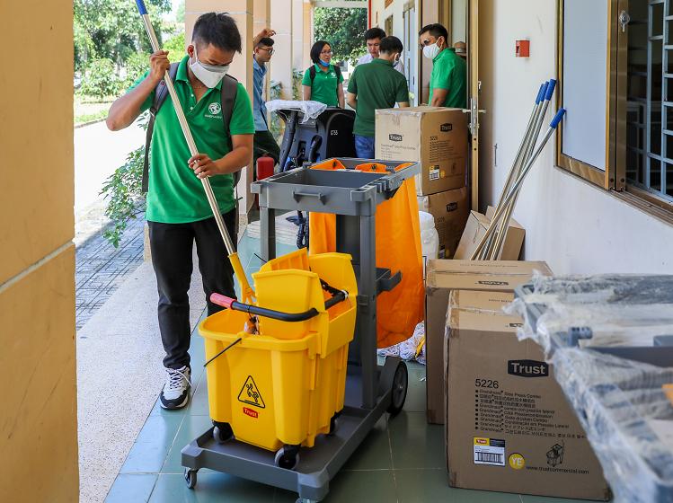 Đội ngũ nhân viên của công ty TNHH Thương mại Hành Tinh Xanh đã trao, lắp đặt và hướng dẫn sử dụng các trang thiết bị, công cụ vệ sinh, hóa chất khử trùng cho Bệnh viện dã chiến (xã Nhuận Đức, huyện Củ Chi, TP HCM) vào ngày 21/2. Quà tặng bao gồm 6 xe dọn vệ sinh, 6 xe ép nước, một máy chà sàn liên hợp và 100 kg cloramin.
