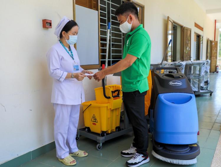Y sĩ tại bệnh viện dã chiến nhận bàn giao trang thiết bị vệ sinh, khử trùng từ đại diện Hành Tinh Xanh. Đây là công ty chuyên phân phối hàng đầu các trang thiết bị, dụng cụ, hóa chất vệ sinh chuyên dụng cho các trường học, bệnh viện, nhà máy...