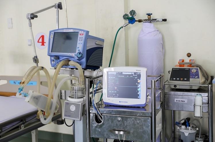 Nhiều bệnh viện trong thành phố hỗ trợ trang thiết bị y tế như máy thở, monitor, X-quang, trang phục bảo hộ, 5 xe cứu thương... với kinh phí khoảng hơn 255 tỷ đồng. các doanh nghiệp khác cũng tài trợ camera, tivi, thiết bị vệ sinh, máy lọc nước... để tăng cường công tác phòng chống dịch. Bệnh viện có 2 máy phiên dịch đa ngôn ngữ giúp nhân viên y tế thuận lợi trong giao tiếp với người bệnh được cách ly là người nước ngoài.