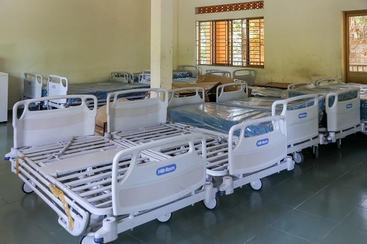 Mỗi phòng cách ly rộng khoảng 30 m2, đặt từ 4 đến 6 giường bệnh. Ngoài ra nhà kho cũng đã trang bị dự phòng nhiều giường bệnh để tang cường khi số lượng người nghi nhiễm, bệnh nhân quá tải.