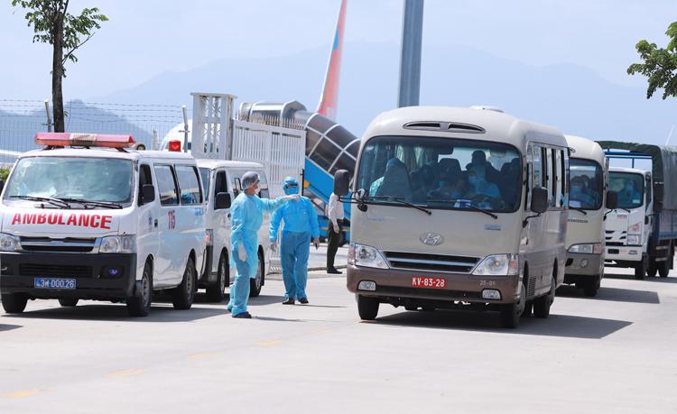 Đoàn xe đón 80 hành khách tại sân bay quốc tế Đà Nẵng. Ảnh: Nguyễn Đông.