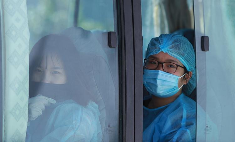 Vẻ mặt lo lắng của du học sinh, lao động từ Hàn Quốc trở về qua cửa kính ôtô. Ảnh: Nguyễn Đông.