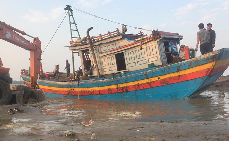 Tàu cá huyện Diễn Châu gặp nạn tại Lạch Vạn ngày 22/2.