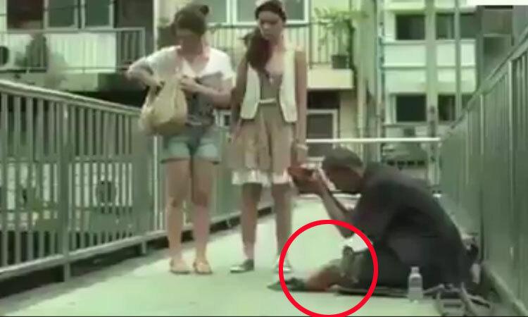 Cô gái lật tẩy gã ăn xin giả cụt chân -