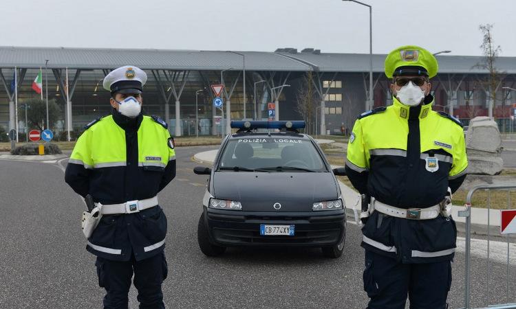 Cảnh sát bên ngoài một bệnh viện ở Venice, Italy hôm 24/2. Ảnh: AFP.